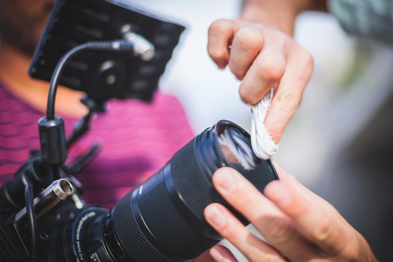 Unternehmensfotografie Karlsruhe Business-Reportage Kameralinse wird geputzt