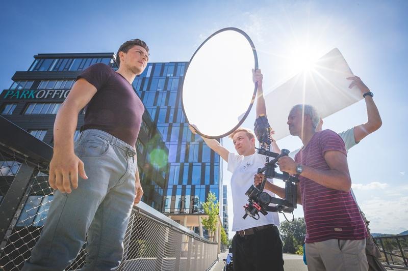 Business-Reportage Unternehmensfotograf Karlsruhe Filmteam vor Filmengebäude